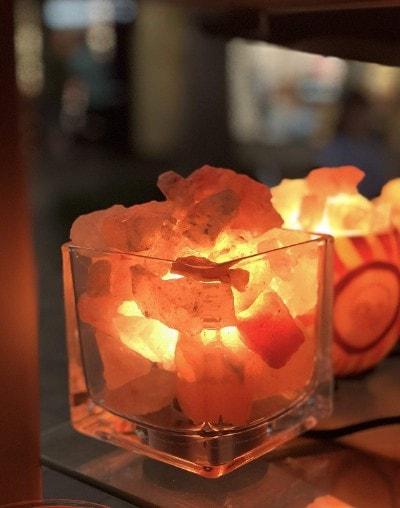 porque las lamparas de sal suelta agua